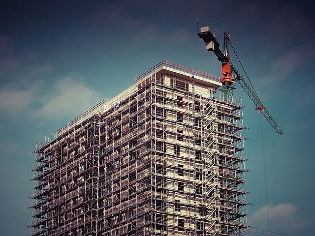 בניין מגורים חדש המכיל עשרות דירות מקבלן